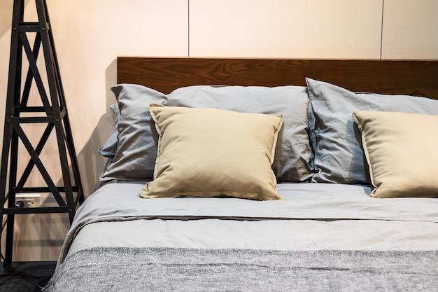 茶色のシーツと枕付きのベッド