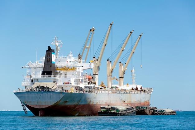 Грузовой корабль с краном