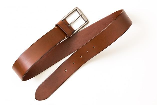 茶色の革ベルト、白い背景で隔離
