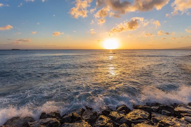海と夕日の岩