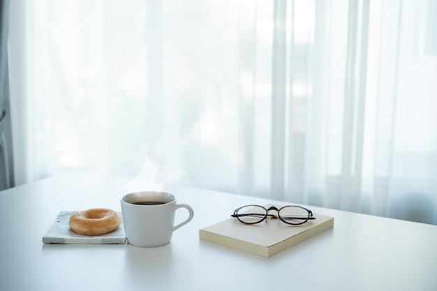 テーブルの上のホットコーヒーとドーナツ