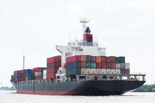 川の貨物船