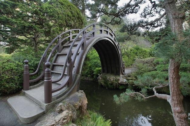 Деревянный мост в японском саду в сан-франциско
