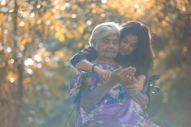 健康。家族。娘は助産師の母親の運動を助ける。高齢者の健康の概念。