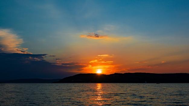 バラトン湖の上の美しい夕日
