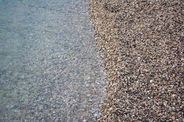 ビーチの砂に会うのを閉じる