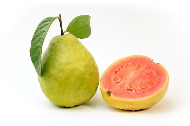 クローズアップグアバ果実、ピンク、新鮮な有機、葉、全体とスライス、白い背景で隔離。正面図