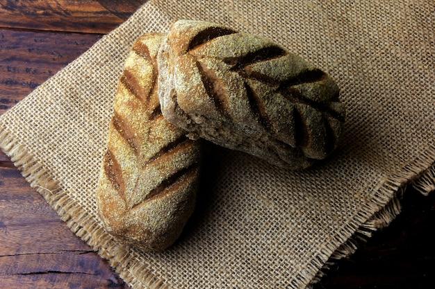 素朴な布の上のオーストラリアのパン