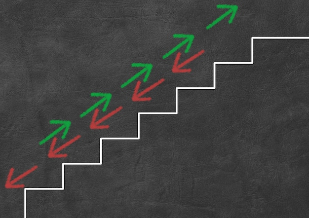 緑と赤の矢印が階段を上り下りします。ビジネスと金融の概念