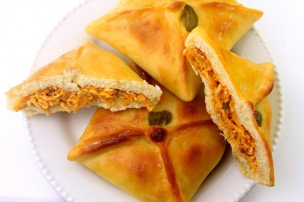 Куриная эсфиха арабского происхождения, традиционно адаптированная для бразильской кухни