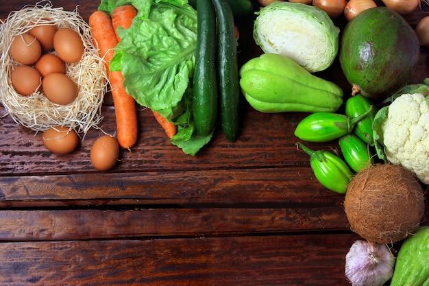素朴な木製のテーブルの低炭水化物、ケトン生成、ペロリティックダイエットで消費される低炭水化物食品
