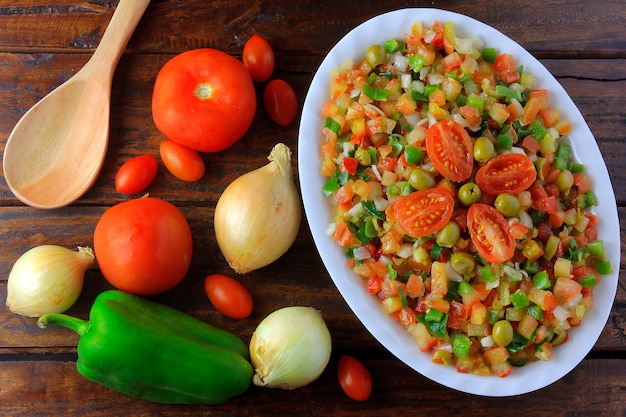 ビナグレテまたはビネグレットは、トマト、ピーマン、玉ねぎ、酢、パセリ、オリーブで作られた伝統的なブラジル料理のサラダです。