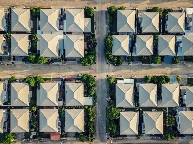 上面図。家、村、建物の上。