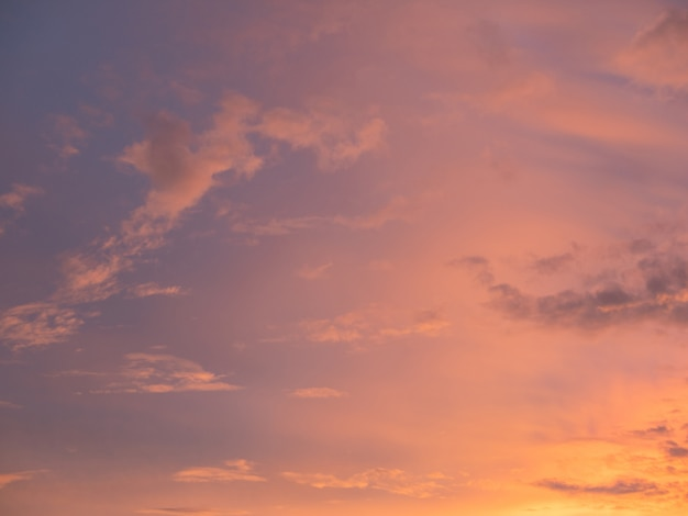 美しい甘く暖かい夕焼けの空