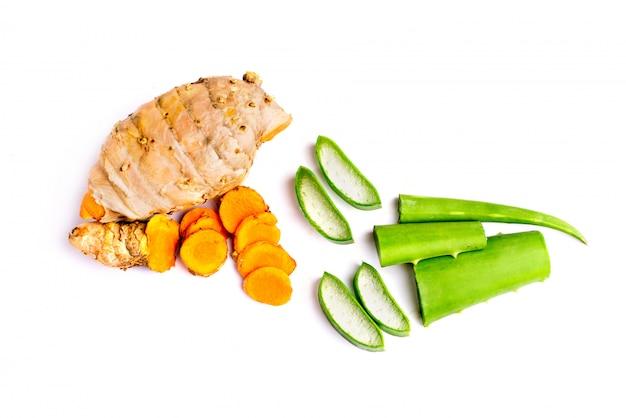 Кусок алоэ вера и кусок куркумы изолированные на белизне. вид сверху, ингредиент травяной.
