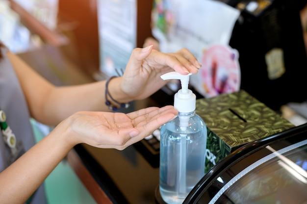 Нажмите на алкоголь, чтобы вымыть руки в кафе. корона вирус. защитная болезнь.