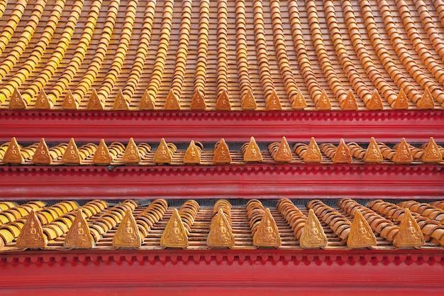 Красивые цветные рисунки черепицы храма в таиланде.