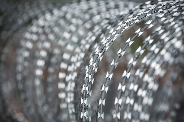 コイル状の有刺鉄線のパターンと表面形状