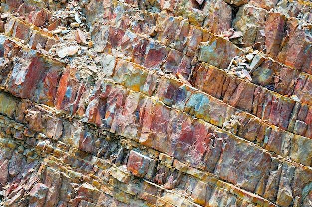 カラフルなパターンと背景の石のテクスチャ。