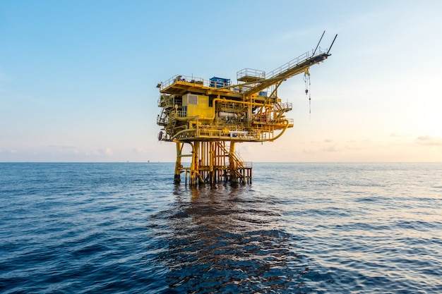 湾や海の石油とガスのプラットフォーム、世界のエネルギー、オフショアの石油とリグの建設