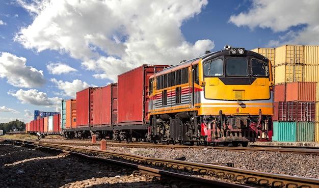 曇り空のコンテナ列車。