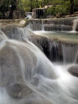 床に流れ落ちる滝