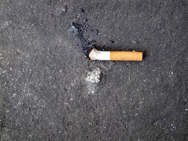 たばこを吸う人を置くために設計された、タバコの吸い殻