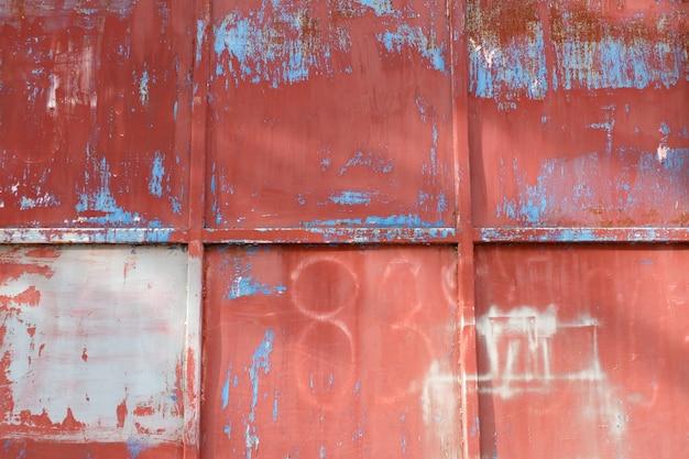 赤い鉄の金属製の壁