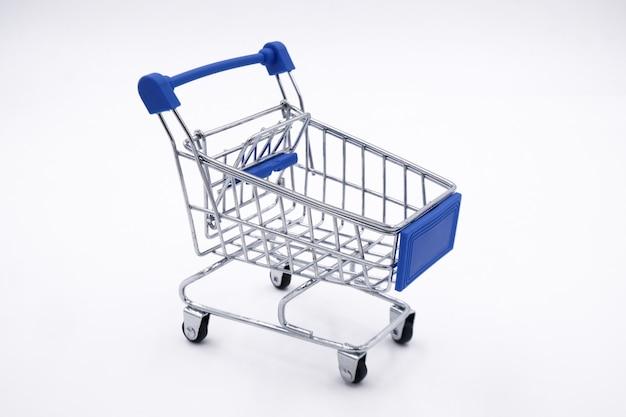 白で隔離されるショッピングカート