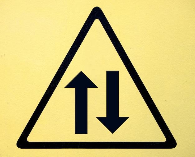 危険高電圧シンボルのサイン