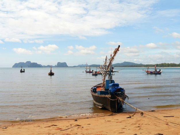 ビーチ沿いに停泊する漁船