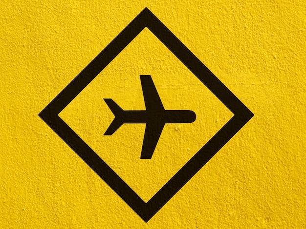 黒い漆喰壁の外側に描かれた黒い飛行機ポイント