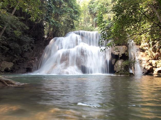 深い熱帯雨林のジャングルに位置する春の水の滝