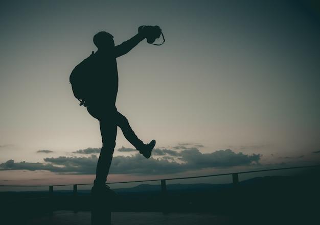バックパックは自由に歩く。愛しているならば、挑戦の邪魔になるのを敢えて。