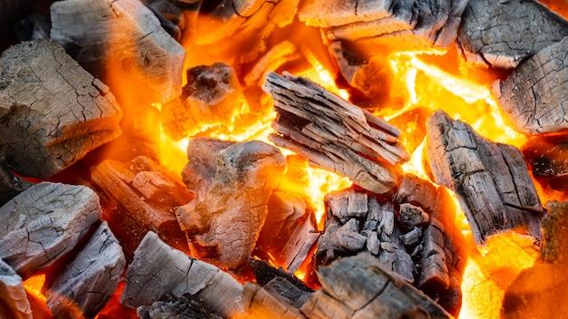 グリルメニュー用炭の燃焼、接写撮影