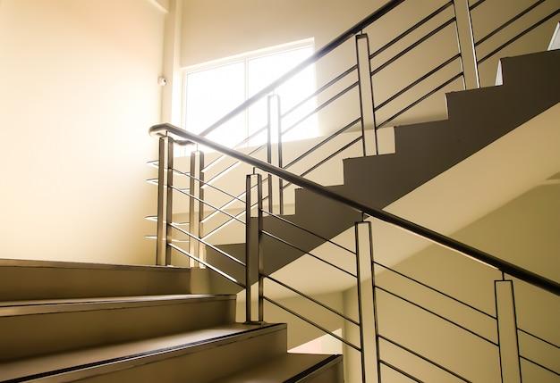 オフィスの階段を上がる、美しい形。