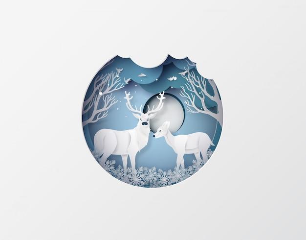 冬のシーズンとクリスマスに雪の森の鹿。ペーパーアートスタイル。