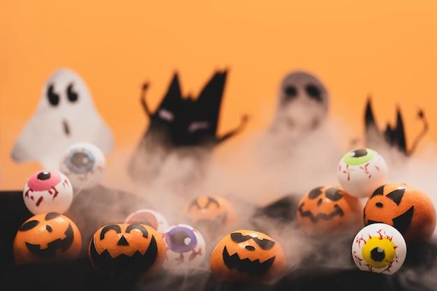 オレンジのグループは神話のあるハロウィンパーティーの日に怖い眼球で顔を描く。