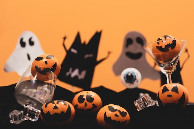 ハロウィンパーティーで怖い眼球で顔を描くオレンジのグループ