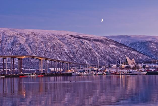 橋と北極圏のトロムソの街