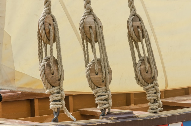 Веревки и парус старого парусного корабля