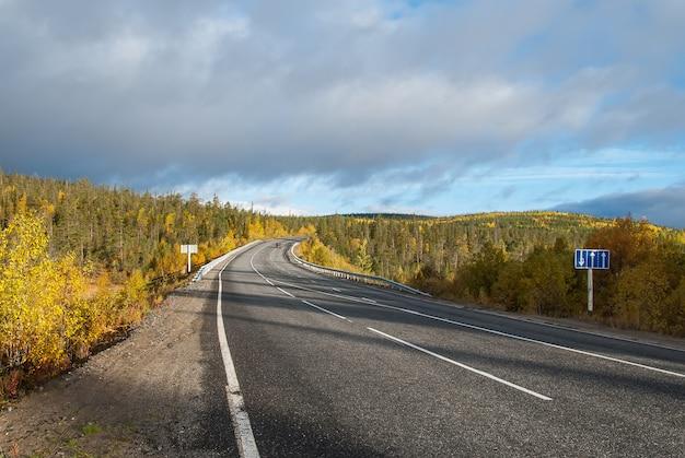丘の間の北の田舎道
