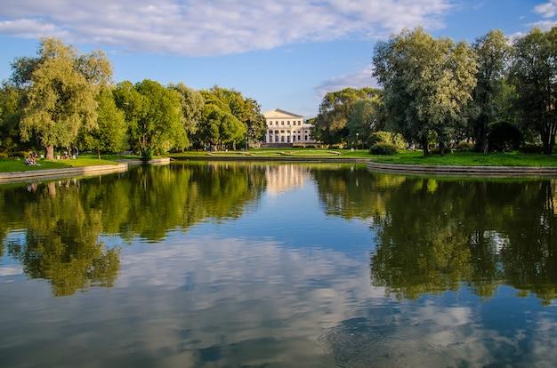 宮殿のある公園の池