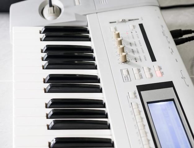 Макро электронная музыкальная клавиатура и пианино для воспроизведения песни.