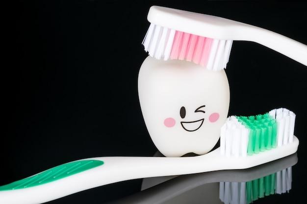 閉じる;歯科用ツールと笑顔の歯のモデル