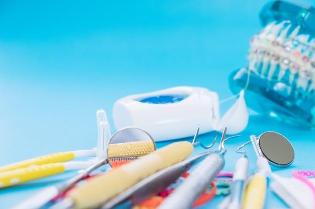 歯列矯正モデルと歯科用ツール