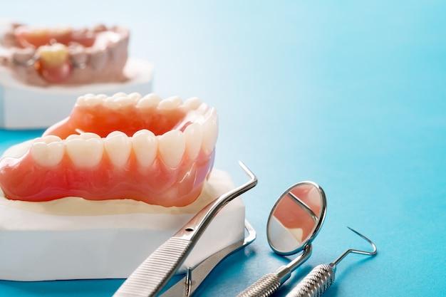 クローズアップ、総義歯または青の背景に総義歯。