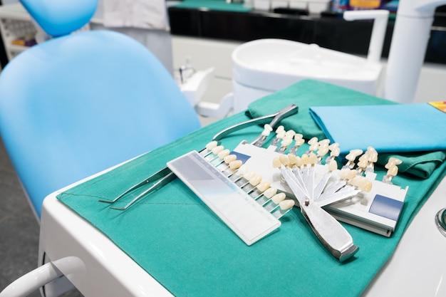 診療所における歯冠の色確認のためのシェードガイド。