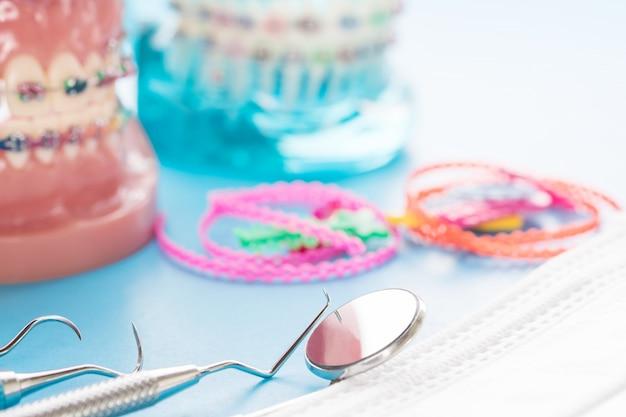 歯列矯正モデルおよび歯科医ツール-さまざまな歯列矯正ブラケットまたはブレースのデモンストレーション歯モデル