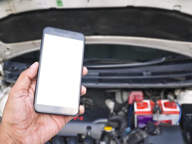 白い画面と車サービスの背景を持つモバイルスマートフォン